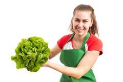Женская бакалея или работник розничного магазина представляя зеленый салат стоковые фото