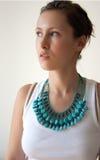 женская белизна бирюзы верхней части ожерелья Стоковая Фотография RF