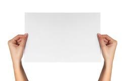 Женская белая бумага владением рук Стоковые Фотографии RF