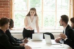 Женская бизнес-леди тренируя мужские подчиненные стоковые изображения