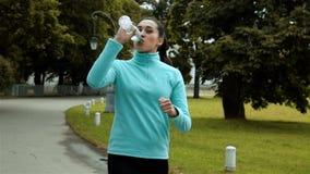 Женская бутылка питьевой воды бегуна акции видеоматериалы