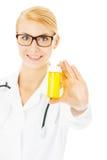 Женская бутылка пилюльки доктора Holding над белой предпосылкой Стоковая Фотография RF