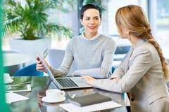 Женская встреча босса с работником Стоковые Фотографии RF