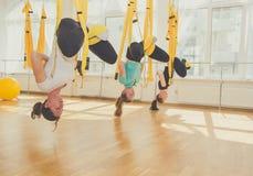 Женская группа делая йогу и раздумье Стоковое Фото