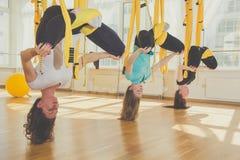 Женская группа делая йогу и раздумье Стоковые Изображения RF