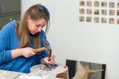 Женская деятельность художника на мозаике камней стоковая фотография rf