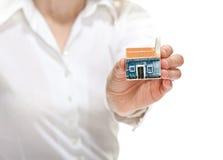женская дом руки меньшяя модель вне достигая к вам Стоковое фото RF