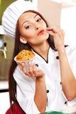 Женская еда удерживания шеф-повара. стоковое фото