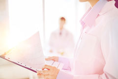 Женская держа доска сзажимом для бумаги с cardiogram Стоковая Фотография