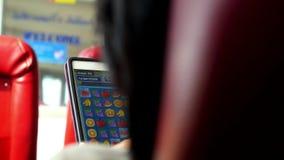 Женская играя игра на умном телефоне в путешествии сток-видео
