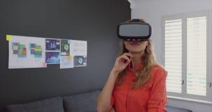 Женская исполнительная власть используя шлемофон виртуальной реальности в современном офисе 4k акции видеоматериалы