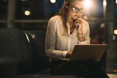Женская исполнительная власть работая поздно в офисе Стоковое Фото