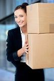 Женская исполнительная власть держа картонные коробки Стоковые Изображения