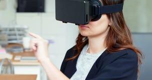 Женская исполнительная власть используя шлемофон виртуальной реальности видеоматериал