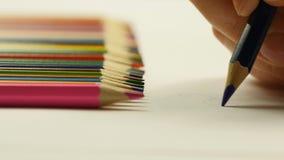 Женская картина руки с покрашенными карандашами видеоматериал