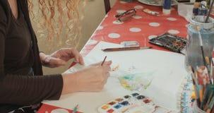 Женская картина художника с акриловыми цветами видеоматериал