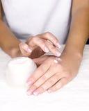 Женская кожа излечивая стоковое изображение