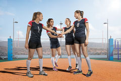 Женская команда волейбола празднуя победу Стоковое фото RF