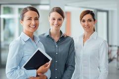 Женская команда дела используя цифровую таблетку Стоковое Изображение