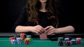 Женская комбинация карт проверки игрока казино, женщина принимая риск в игре в покер стоковые изображения