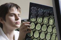 Женская компьютерная аксиальная томограмма доктора Analyzing Стоковые Фото