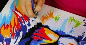 Женская краска руки заполняет зазоры в изображении видеоматериал