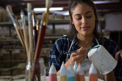 Женская кружка картины гончара стоковые изображения rf