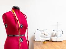 Женская кукла формы с измеряя лентами в мастерской стоковое изображение rf
