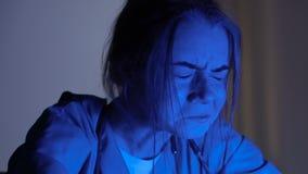 Женская медсестра подавленная после смерти пациентов, глубоко плача в больнице вечером видеоматериал