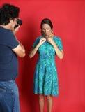 Женская модель будучи злоупотребленным фотографом Стоковые Изображения RF
