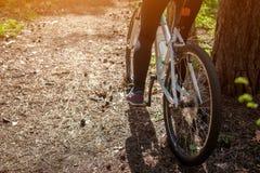 Женская нога на педали велосипеда Стоковое Фото