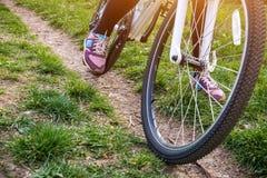 Женская нога на педали велосипеда Стоковое Изображение