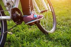 Женская нога на педали велосипеда Стоковое фото RF