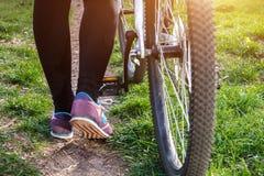 Женская нога на педали велосипеда Стоковые Изображения RF