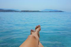 Женская нога на пляже Стоковая Фотография