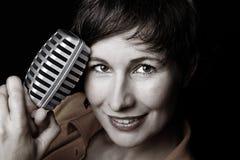женская певица утеса портрета микрофона стоковые фотографии rf