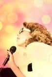Женская певица шипучки Стоковое Изображение RF