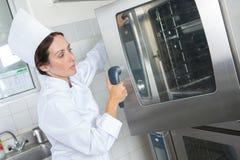 Женская печь двери отверстия шеф-повара Стоковые Изображения
