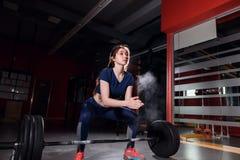 Женская подготовка выполняя делающ тренировку deadlift Стоковые Фото