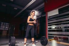 Женская подготовка выполняя делающ тренировку deadlift Стоковое Изображение