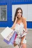 Женская покупка Дама носит бумажные сумки с продажей текста горячей, большой продажей Для продаж и скидок Покупки, мода, стиль стоковое фото rf