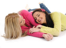 женская потеха друзей имея смеяться над довольно 2 Стоковая Фотография RF