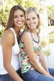 женская потеха друзей имея совместно 2 Стоковые Фотографии RF