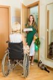 Женская принося еда к инвалидному Стоковое Изображение RF