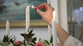 Женская рука воспламеняет свечу акции видеоматериалы