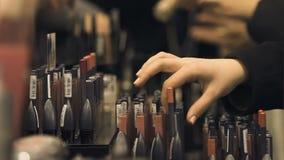 Женская рука выбирая цвет лоска губы, индустрию красоты, самый лучший подарок, женственность акции видеоматериалы