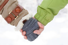 Женская рука в пальто зимы с белым мехом и серым цветом связала mitte Стоковое фото RF