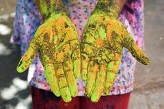Женская рука в holi festible Стоковое Изображение RF