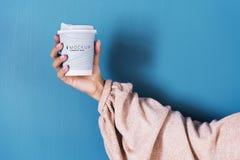 Женская рука держа модель-макет кофейной чашки стоковое изображение rf