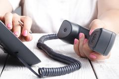 Женская рука держа приемник телефона и набирая номер стоковые изображения rf
